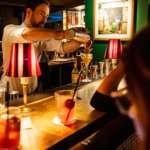Bartender Pour Sape Bar
